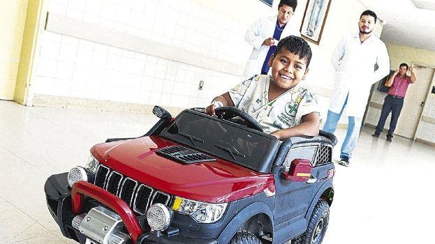 Un jeep de juguete transporta a cirugía a los niños y los hace sonreír
