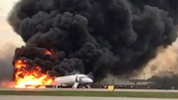 Accidente de Aeroflot en Rusia: «Mientras huíamos podía ver las ventanas derritiéndose por el fuego»