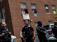 La policía desaloja a los activistas pro Maduro que ocupaban la Embajada venezolana en Washington