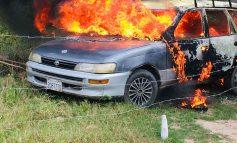 Delincuentes queman vehículo robado de taxista