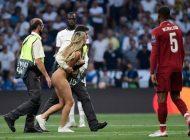 ¿Quién es la modelo que ingresó en bikini e interrumpió la final de la Champions League?