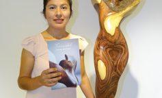 Noemí Oropeza exhibe sus esculturas de madera en Los Tajibos