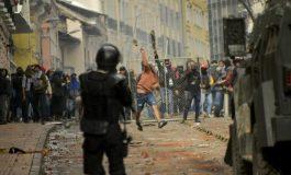 Fuertes choques entre policías y manifestantes en Quito por alza de combustibles