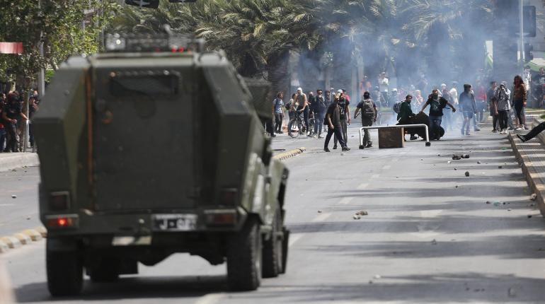 Decretan toque de queda total en Santiago de Chile tras protestas