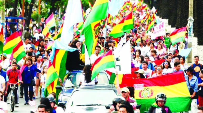 La población toma las calles en los 37 años de vida democrática de Bolivia