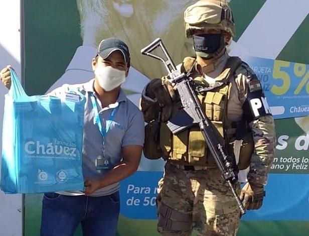 Farmacias Chávez dona insumos de protección a policías militares y a reclusos de Palmasola