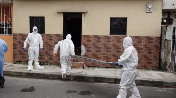 La FELCC de El Alto realizó el levantamiento de 16 cadáveres infectados con COVID-19