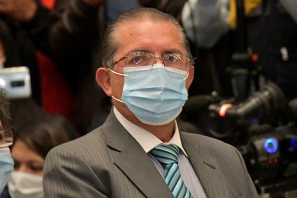 Ministro de Salud da positivo a Covid-19 y analiza su permanencia en el gabinete