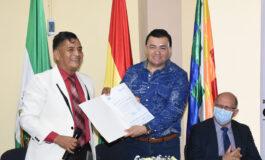 Alcalde Jhonny Fernández recibe las listas de beneficiarios para el pago del Bono Escolar