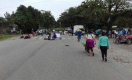 Transportistas instalan al menos cinco puntos de bloqueo en la carretera a Santa Cruz