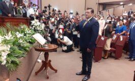 Jhonny Fernández  jura como alcalde de Santa Cruz