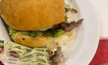 Confirman que es real el dedo hallado en hamburguesa e investigan a restaurante